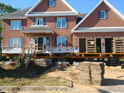 Levage de maison de brique et garage